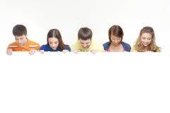 Grupa nastolatkowie target1051_1_ biały sztandar Obraz Royalty Free