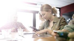 Grupa nastolatkowie w przekąska barze łączył na jawnym wifi zdjęcie royalty free