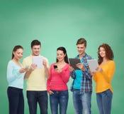 Grupa nastolatkowie z smartphones i pastylka komputerem osobistym Obraz Stock