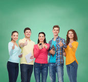 Grupa nastolatkowie z smartphones i pastylka komputerem osobistym Fotografia Stock