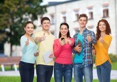 Grupa nastolatkowie z smartphones i pastylka komputerem osobistym Obraz Royalty Free