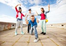 Grupa nastolatków tanczyć Zdjęcia Royalty Free