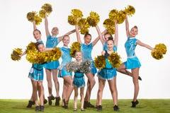 Grupa nastoletni cheerleaders pozuje przy białym studiiem fotografia stock