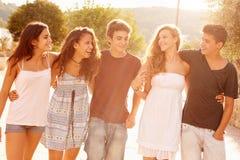 Grupa Nastoletni przyjaciele Chodzi Wzdłuż ulicy Fotografia Royalty Free