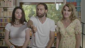 Grupa nastoletni przyjaciele patrzeje, negatyw z kciukami pokazywać odrzucenie i zestrzelamy gest - zdjęcie wideo