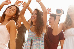 Grupa Nastoletni przyjaciele Tanczy Outdoors Przeciw słońcu Fotografia Royalty Free