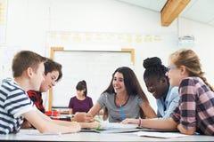 Grupa Nastoletni ucznie Kolaboruje Na projekcie W sala lekcyjnej zdjęcie royalty free