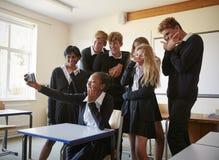 Grupa Nastoletni ucznie Pozuje Dla Selfie W sala lekcyjnej obraz royalty free