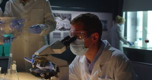 Grupa naukowiec praca w mikrobiologii laboratorium zdjęcie wideo