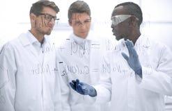 Grupa naukowowie dyskutuje rezultaty obrazy royalty free