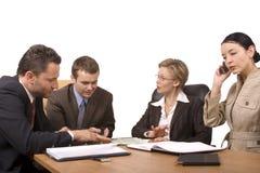 grupa negocjuje warunki prowadzenia biurko ludzi. Fotografia Stock