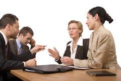grupa negocjuje warunki prowadzenia biurko ludzi. Fotografia Royalty Free