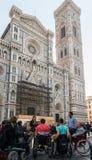 Grupa niepełnosprawni persons przez od Florencja, Włochy ` s ikonowy Cattedrale Di Santa Maria del Fiore zdjęcie royalty free
