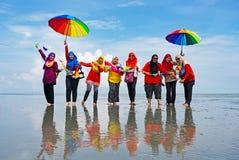 Grupa niezidentyfikowani ludzie przy Sasaran wyspy plażą Selangor Fotografia Stock