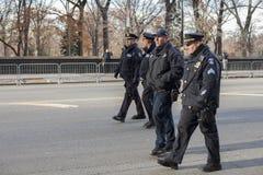 Grupa NYC funkcjonariuszów policji chodzić Zdjęcie Royalty Free