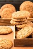 Grupa oatmeal ciastka na drewnianej tacy Obraz Royalty Free