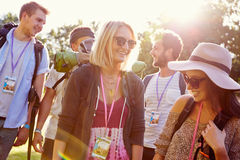 Grupa Obozuje Przy festiwalem muzyki młodzi ludzie Iść Zdjęcia Stock