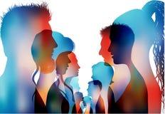 Grupa odosobneni barwioni sylwetki opowiadać ludzie Dialog profilowi ludzie Komunikacja między tłumem Dyskusja lub co ilustracja wektor
