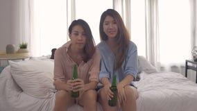 Grupa ogląda mecz piłkarskiego na telewizyjnym odświętność celu na leżanki krzyczeć excited przyjaciel azjatykcich kobiet zagorza zbiory wideo