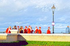 Grupa ojca Christmas z chmurnego nieba tłem zdjęcie stock