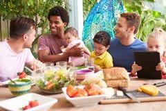 Grupa ojcowie Z dziećmi Cieszy się Plenerowego posiłek W Domu obraz stock