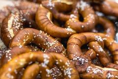 Grupa Oktoberfest solił miękkich Bawarskich precle obraz stock