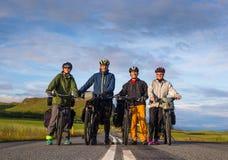 Grupa ono uśmiecha się na drodze podczas Islandzkiego dikers Obraz Royalty Free