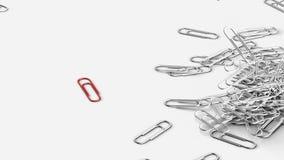 Grupa papierowych klamerek spadać Czerwona papierowa klamerka stoi out od inny ilustracji