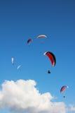 Grupa paragliders w niebie Zdjęcie Royalty Free