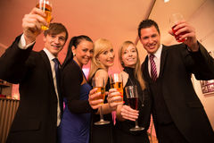 Grupa pięć przyjaciół świętować Fotografia Stock