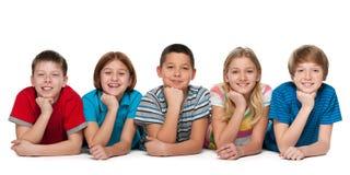 Grupa pięć rozochoconych dzieci zdjęcia royalty free