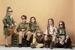 Grupa piękne dziewczyny i chłopiec na pastelowym tle zdjęcie royalty free