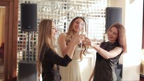 Grupa piękne dziewczyny tanczy przy bachelorette przyjęciem w koktajl sukniach zbiory wideo