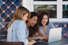Grupa piękny mądrze biznes freelance Azjatyckie kobiety w mądrze przypadkowej odzieży pracuje wpólnie na laptopie lub komputerze obraz stock
