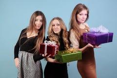 Grupa piękne dziewczyny z prezentami. Zdjęcia Royalty Free