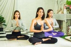 Grupa pi?kne kobiety w joga i medytacji klasach od?wie?a? ducha z poj?ciem relaks i cia?o i umys?, i zdjęcie royalty free