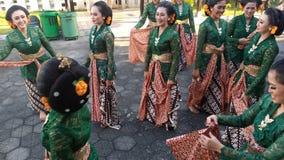Grupa pi?kne tancerz dziewczyny od Yogyakarta z pi?knymi Jawajskimi tradycyjnego tana kostiumami zdjęcia royalty free