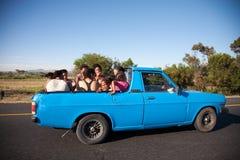Grupa południe - afrykańscy ludzie podróżuje z tyłu pickup Fotografia Stock
