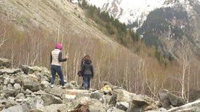 Grupa podróżnicy iść góry Gruzja zdjęcie wideo