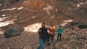 Grupa podróżnicy macha kamera w górach zbiory wideo