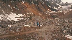 Grupa podróżnicy macha kamera w górach zbiory