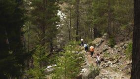 Grupa podróżnicy podróżuje przez gór zbiory