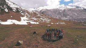 Grupa podróżnicy w górach jest w okręgu zdjęcie wideo