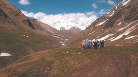 Grupa podróżnicy w górach jest w okręgu zbiory wideo