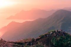 Grupa podróżnik pozycja na górze góry widzieć wschód słońca scenę i chwytać Obrazy Royalty Free