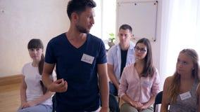 Grupa Pomocy, potomstwa cofa się mężczyzna rozmowy o problemach na psychotherapy szkoleniu zdjęcie wideo