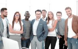 Grupa pomyślni ludzie biznesu stoi w biurze obrazy royalty free
