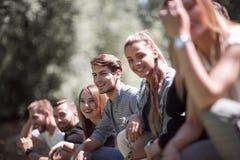 Grupa pomyślni młodzi ludzie zdjęcie stock