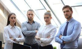 Grupa pomy?lni ludzie biznesu na tle biuro zdjęcia royalty free