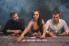Grupa potomstwo bogaci przyjaciele bawić się grzebaka w kasynie obraz stock